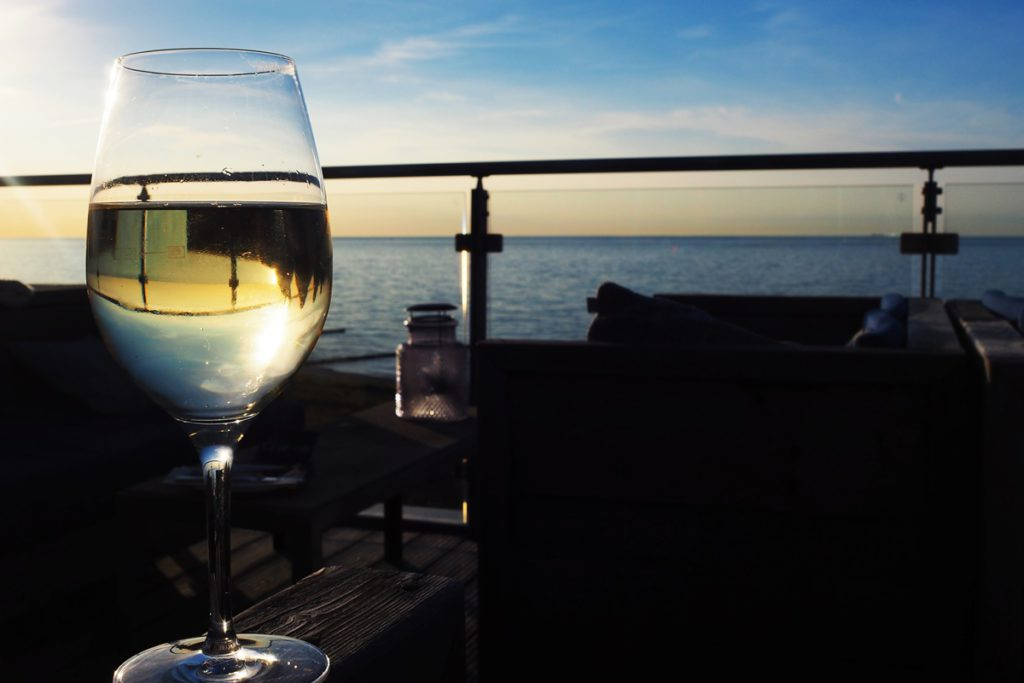 the-grand-ahrenshoop-weiblick-bar-wein