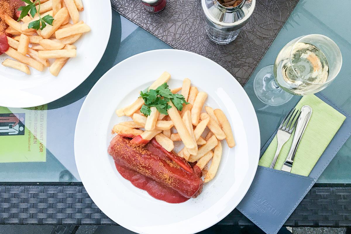 currywurst pommes und champagner berlin an einem Tag