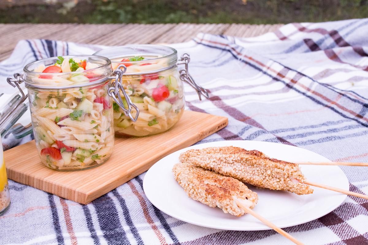 picknick sommerlicher nudelsalat sesam haehnchensticks