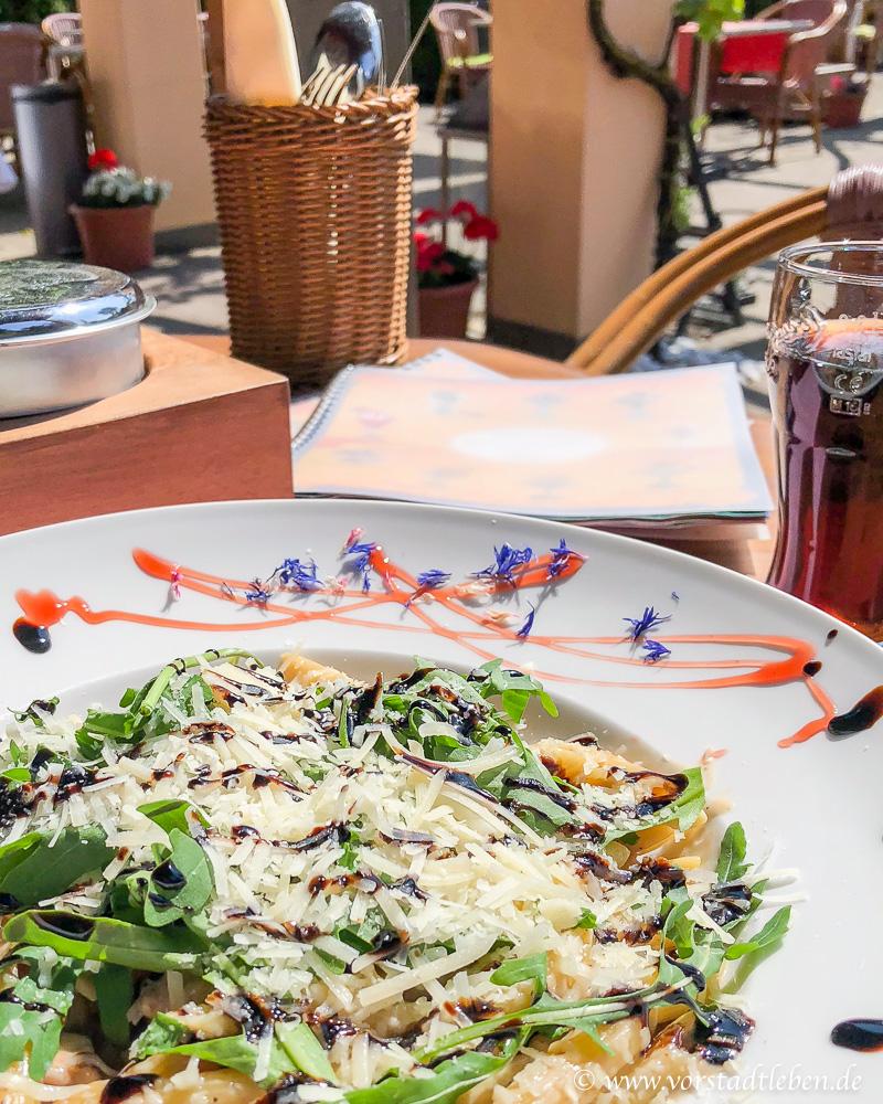 kurzurlaub genießen penne italienisch essen gluecklich sein