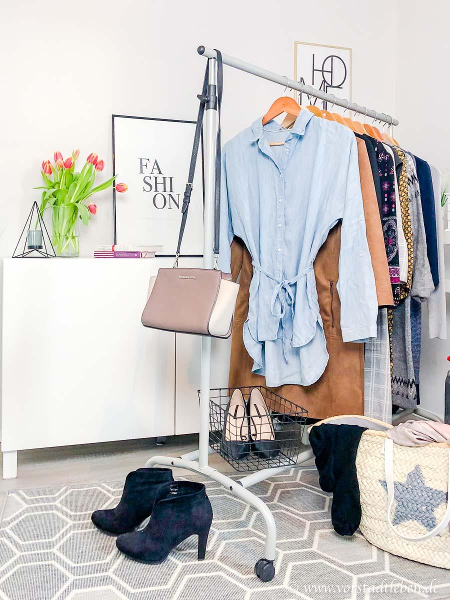 Kleider tragen Kleiderstange