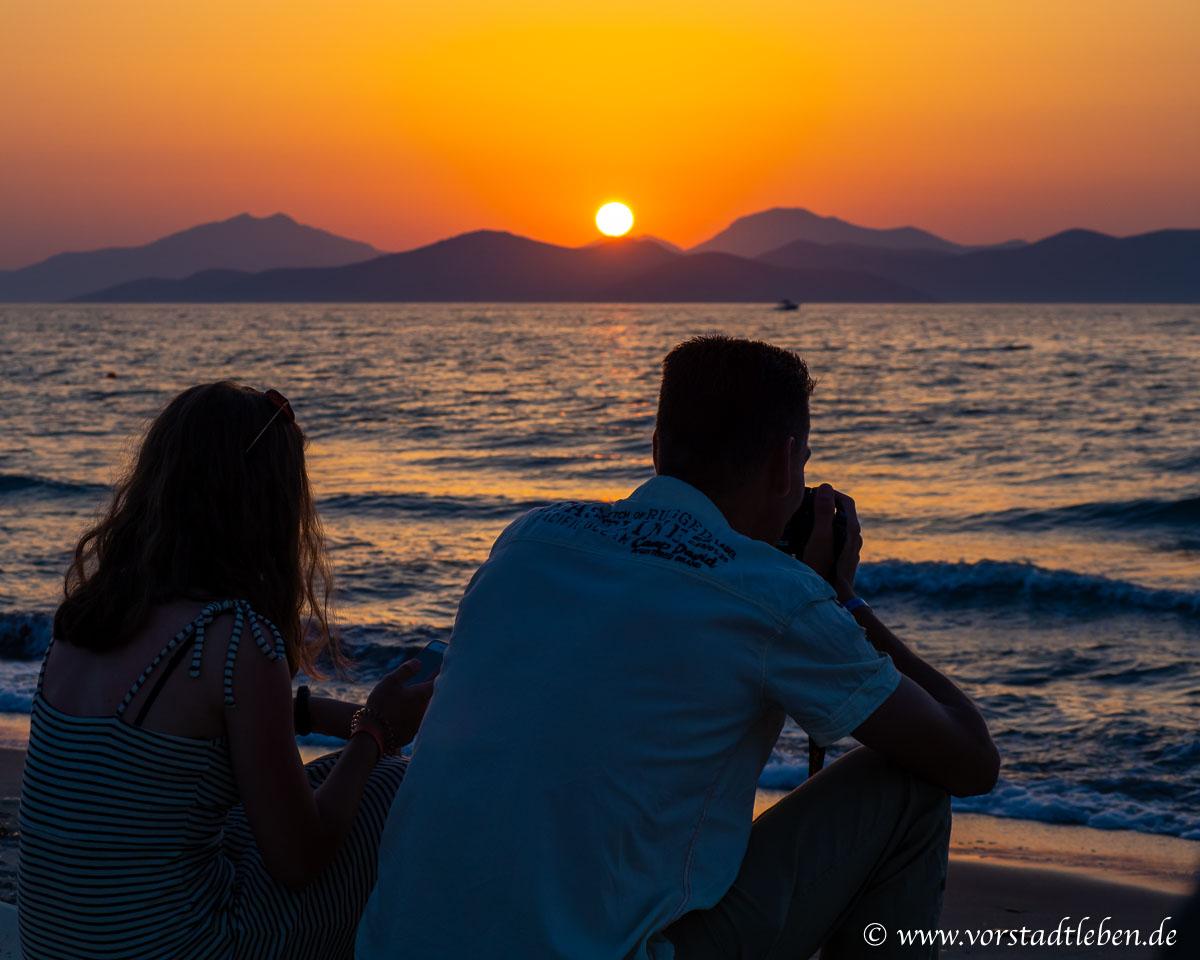 Teenager Maedchen mit Vater am Meer